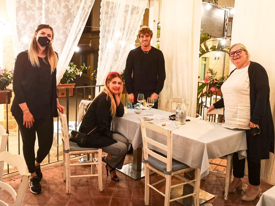 A Marzamemi inizia l'estate vip. Cena romantica per Paolo Ciavarro e Clizia Incorvaia